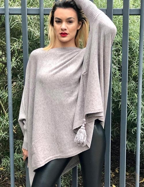 Pull poncho taupe forme cape avec pompon et poches